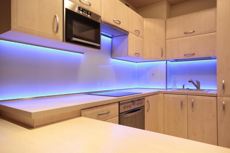 Küchenrückwand aus Glas mit beleuchtung.